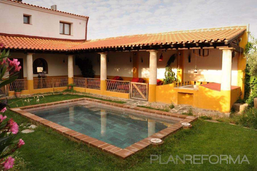 Piscina porche jardin style tropical color ocre for Casas con porche y piscina