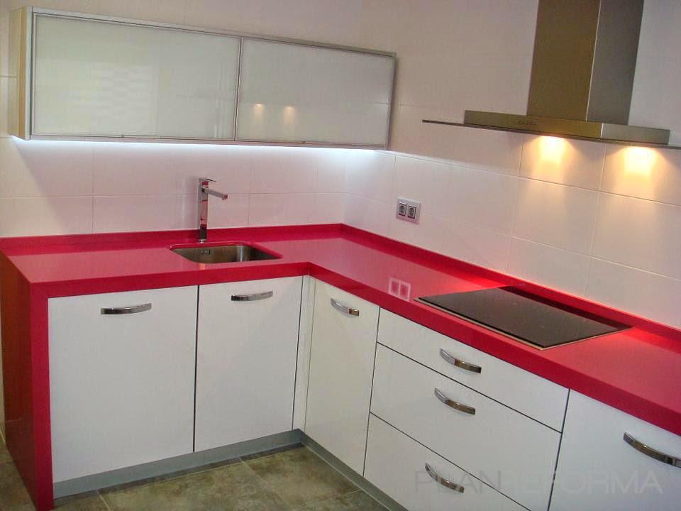 Cocina estilo contemporaneo color rojo blanco gris plateado - Cocinas color rojo ...