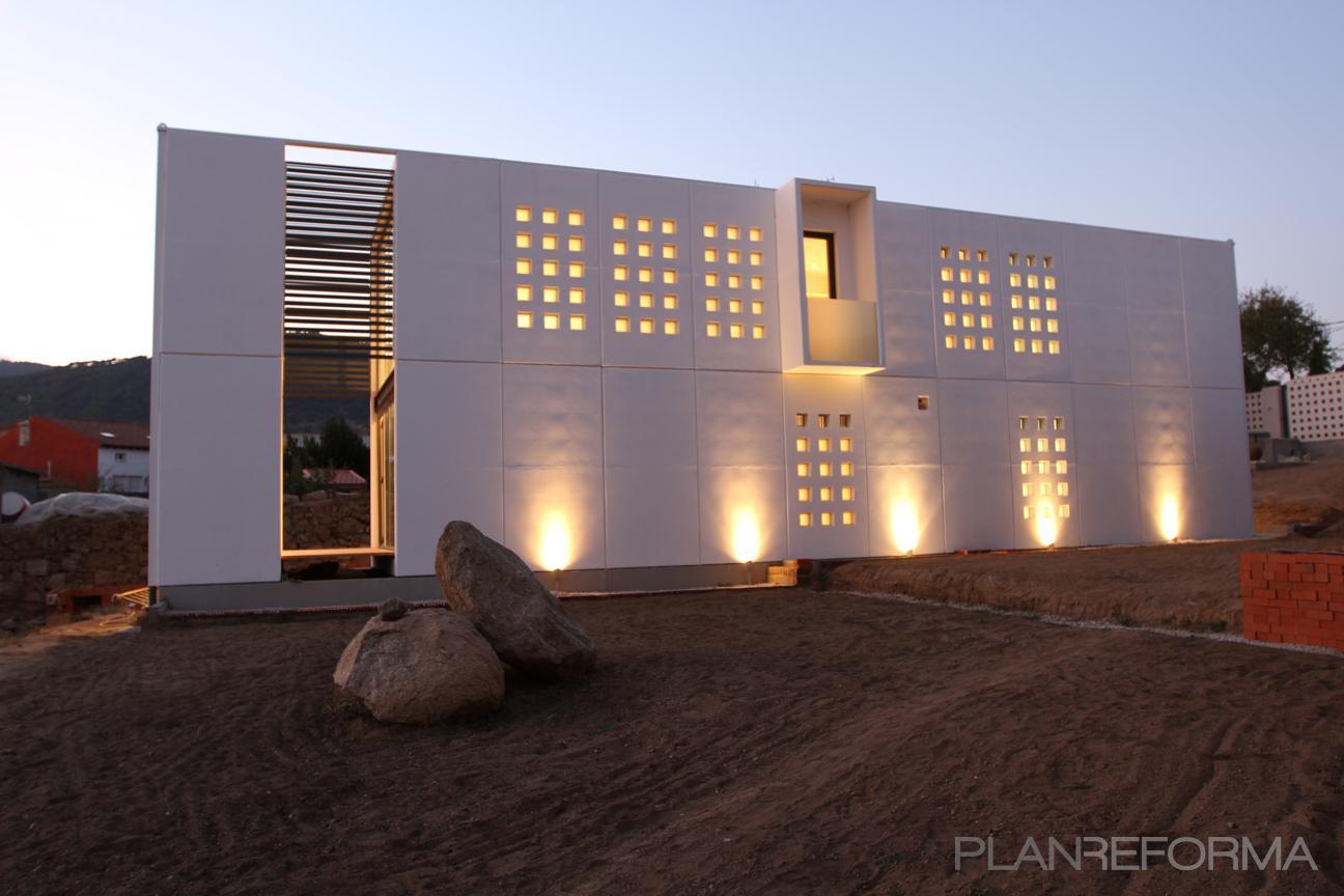 Exterior Estilo moderno Color verde, blanco, dorado  diseñado por Arquitraza arquitectura | Arquitecto | Copyright Arquitraza arquitectura