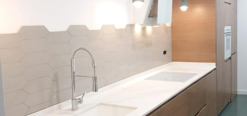Cocina Estilo moderno Color marron, blanco  diseñado por Refomas Barcelona Rubio | Gremio | Copyright Reformas Barcelona Rubio
