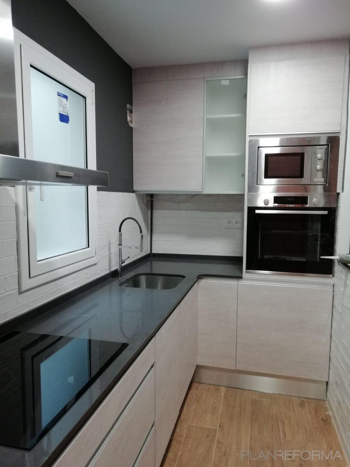 Cocina Estilo clasico Color beige, blanco, negro  diseñado por Refomas Barcelona Rubio | Gremio | Copyright Reformas Barcelona Rubio
