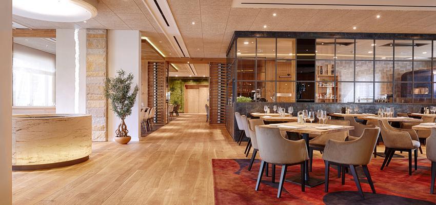 Restaurante style contemporaneo color rojo, marron, marron, blanco  diseñado por PARQUÉ BOLEFLOOR | Marca colaboradora | Copyright Bolefloor