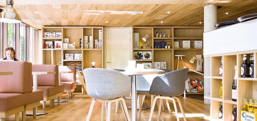 Cafeteria style contemporaneo color rosa, azul, marron  diseñado por PARQUÉ BOLEFLOOR | Marca colaboradora | Copyright Bolefloor