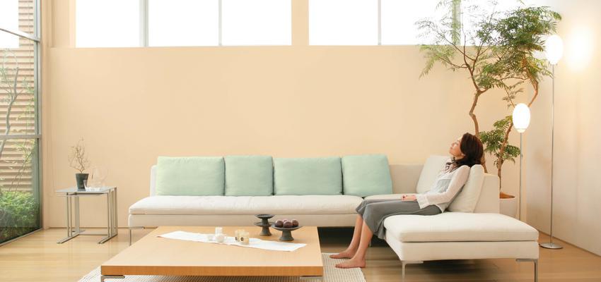 Salon style contemporaneo color azul cielo, beige, marron, blanco  diseñado por Valentine | Marca colaboradora | Copyright Royalty Free