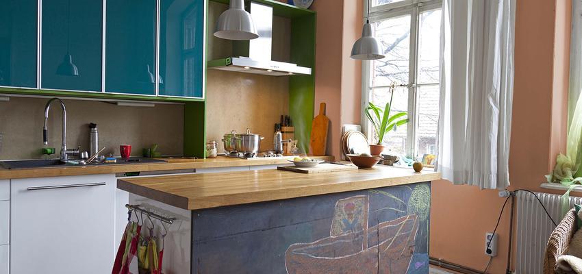 Cocina style contemporaneo color ocre, verde, azul, marron, blanco  diseñado por Valentine | Marca colaboradora | Copyright Royalty Free