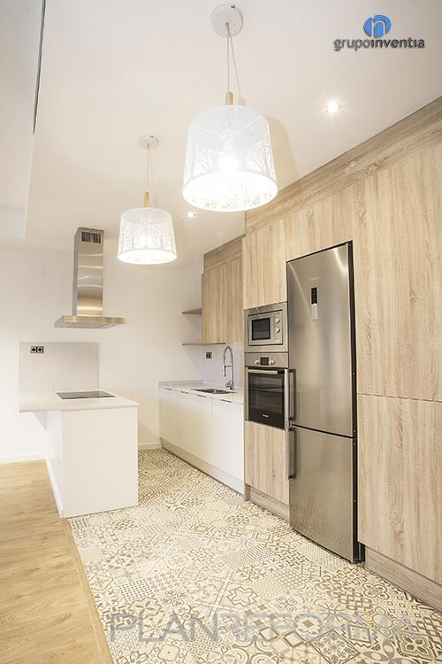 Cocina Estilo moderno Color beige, blanco, gris  diseñado por grupoinventia   Arquitecto Técnico   Copyright Grupo Inventia