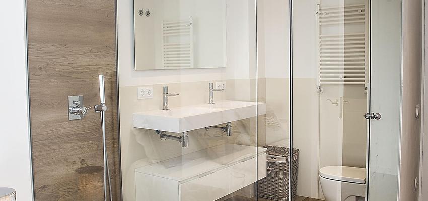 Baño Estilo moderno Color beige, marron, blanco  diseñado por grupoinventia | Arquitecto Técnico | Copyright Grupo Inventia