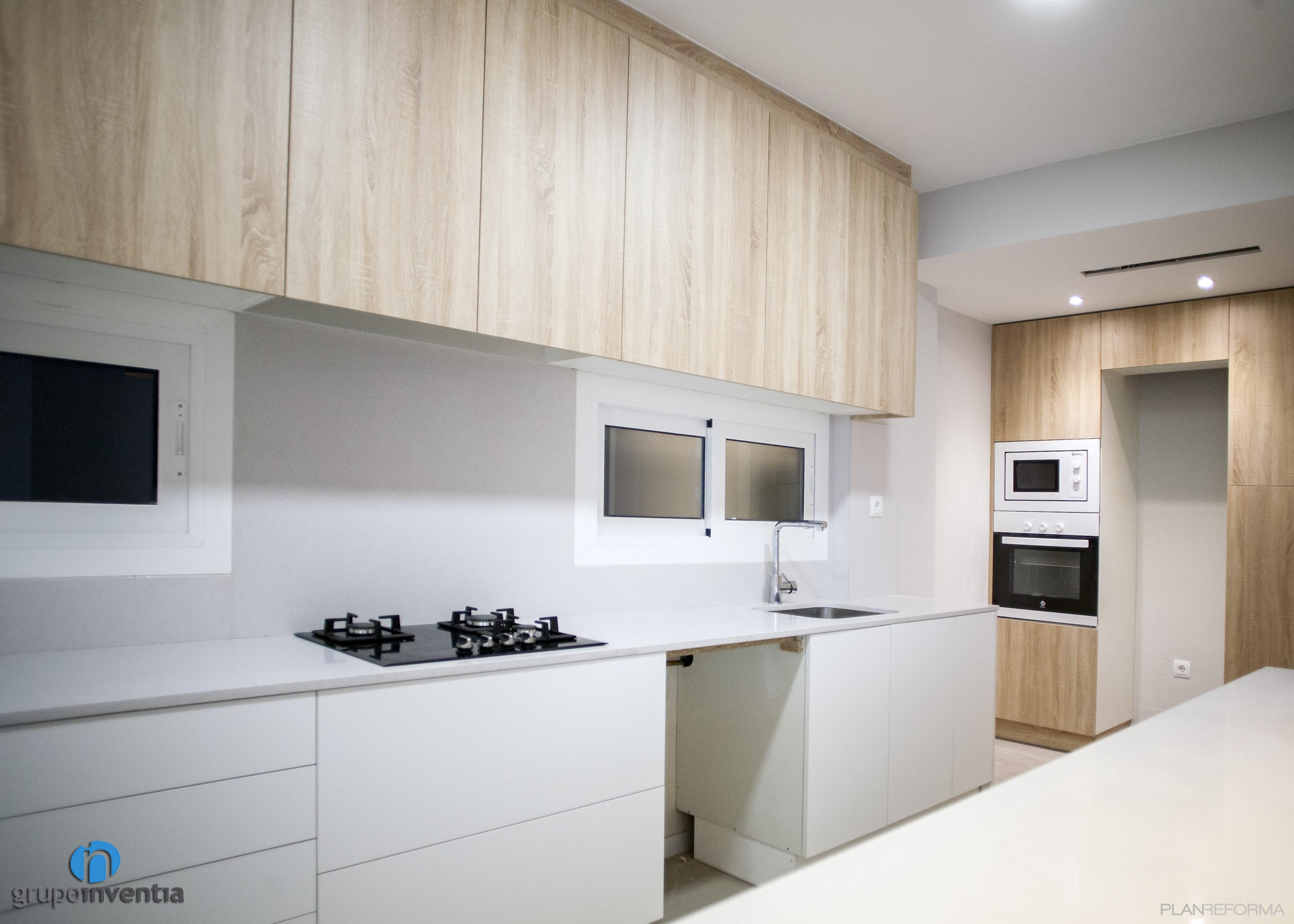 Cocina Estilo Contemporaneo Color Beige, Blanco, Negro Diseñado Por  Grupoinventia | Arquitecto Técnico |