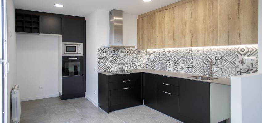 Cocina Estilo contemporaneo Color beige, blanco, negro  diseñado por grupoinventia   Arquitecto Técnico   Copyright Grupo Inventia