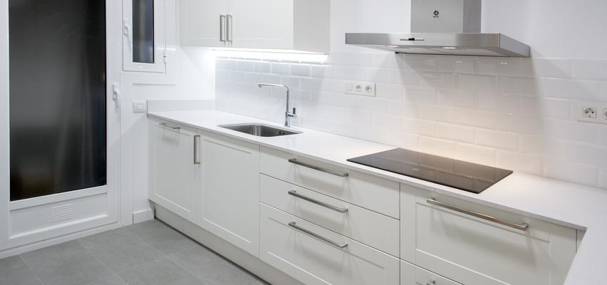 Cocina Estilo contemporaneo Color blanco, gris  diseñado por grupoinventia | Arquitecto Técnico | Copyright Grupo Inventia