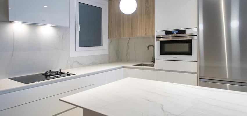 Cocina Estilo contemporaneo Color beige, blanco, gris  diseñado por grupoinventia | Arquitecto Técnico | Copyright Grupo Inventia