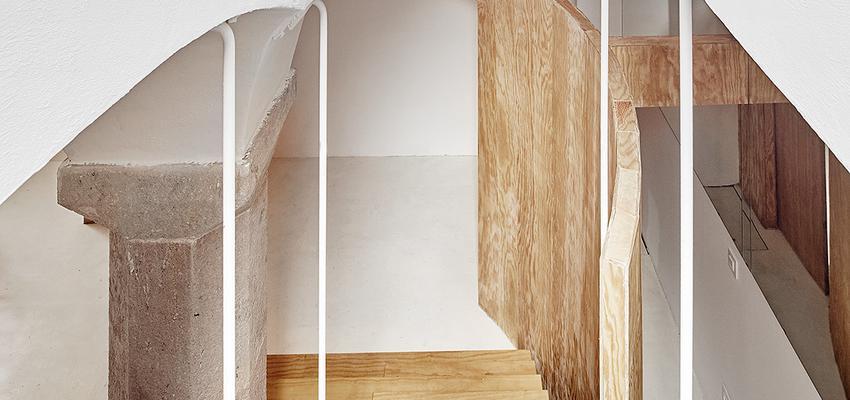 Escalera Estilo contemporaneo Color marron, beige, blanco  diseñado por Raúl Sánchez Architects   Arquitecto