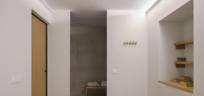Salón de belleza Estilo contemporaneo Color beige, blanco, plateado  diseñado por PIANO PIANO STUDIO   Arquitecto   Copyright Milena Villalba