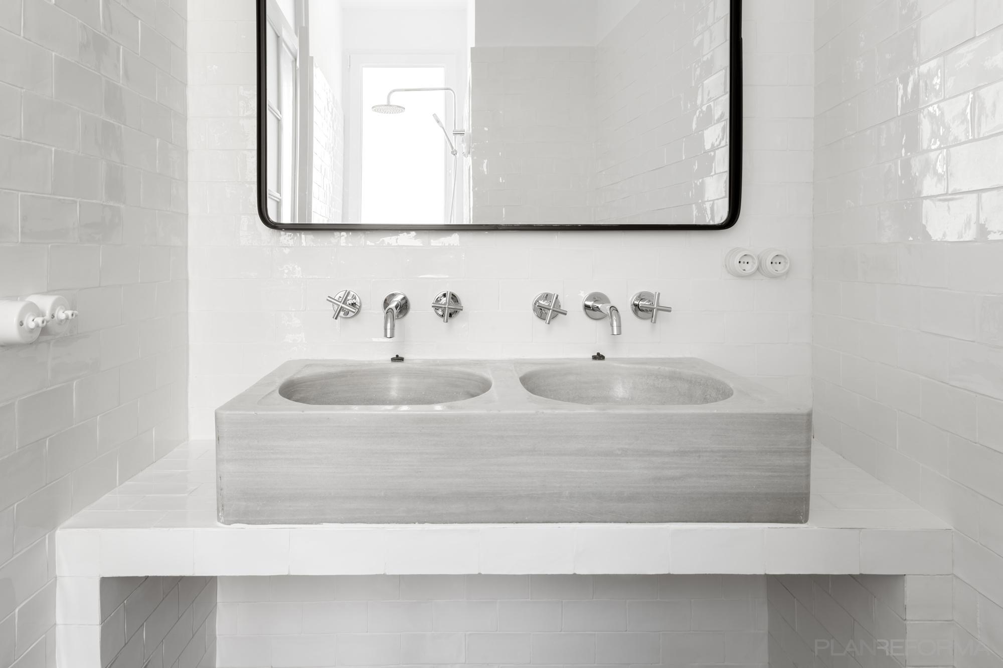 Baño Estilo clasico Color blanco, negro  diseñado por PIANO PIANO STUDIO   Arquitecto   Copyright Milena Villalba