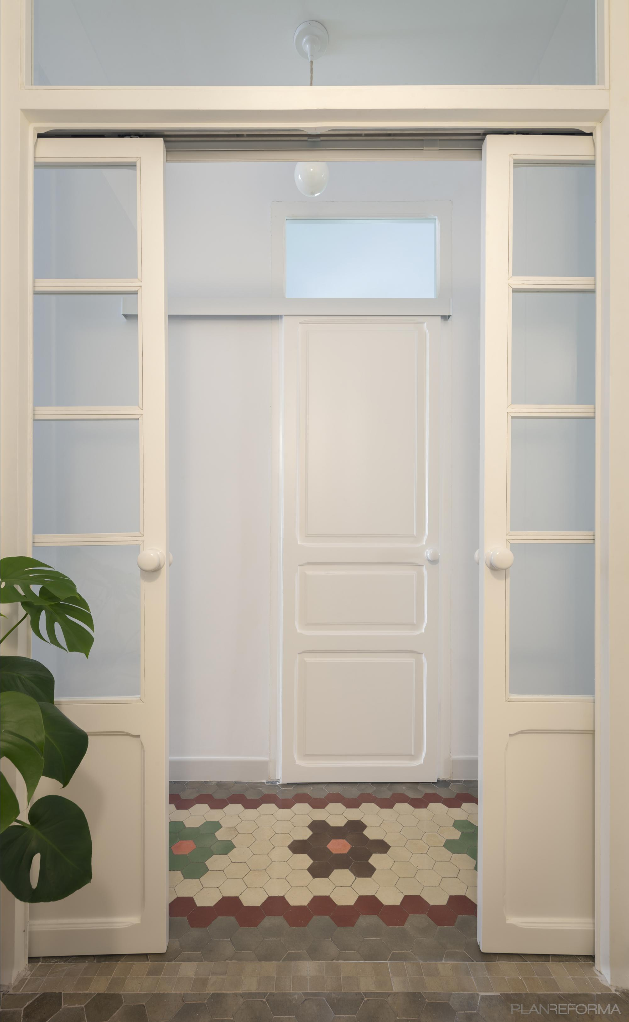 Dormitorio, Estudio, Pasillo Estilo clasico Color rojo, blanco, gris  diseñado por PIANO PIANO STUDIO   Arquitecto   Copyright Milena Villalba
