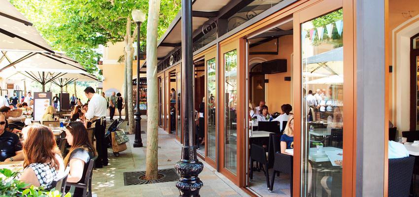Terraza, Porche, Cafeteria style contemporaneo color marron, beige, gris  diseñado por ISCLETEC | Marca colaboradora | Copyright ISCLETEC