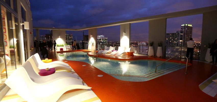 Piscina, Hotel style contemporaneo color rojo, azul, blanco  diseñado por Vondom | Marca colaboradora