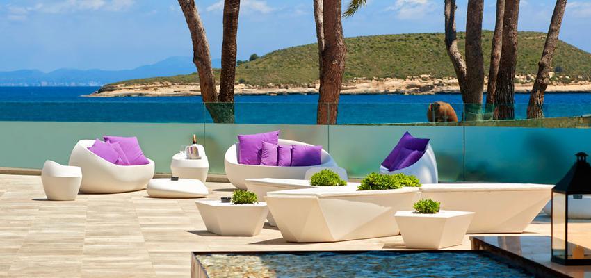 Terraza, Porche, Exterior style contemporaneo color violeta, beige, blanco  diseñado por Vondom | Marca colaboradora