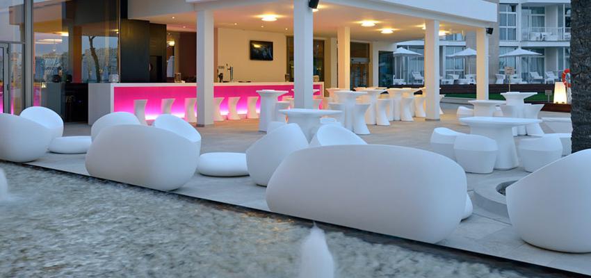 Patio, Exterior, Restaurante color rosa, rosa, blanco  diseñado por Vondom   Marca colaboradora