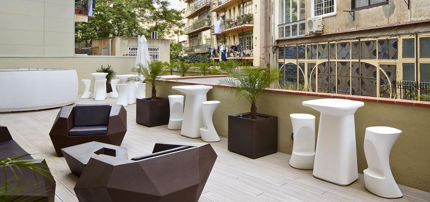 Terraza, Porche, Restaurante, Cafeteria, Hotel style contemporaneo color marron, beige, blanco  diseñado por Vondom | Marca colaboradora