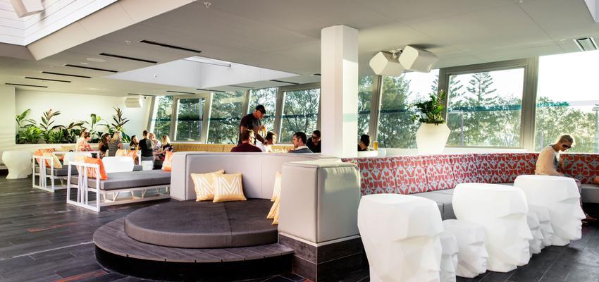 Restaurante, Cafeteria style contemporaneo color rojo, marron, blanco  diseñado por Vondom | Marca colaboradora