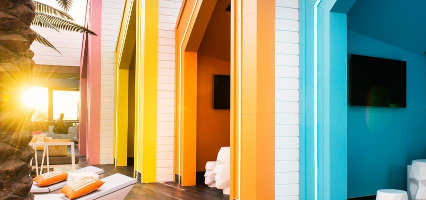 Piscina, Porche, Exterior, Cafeteria color ocre, amarillo, azul, rosa, blanco  diseñado por Vondom | Marca colaboradora