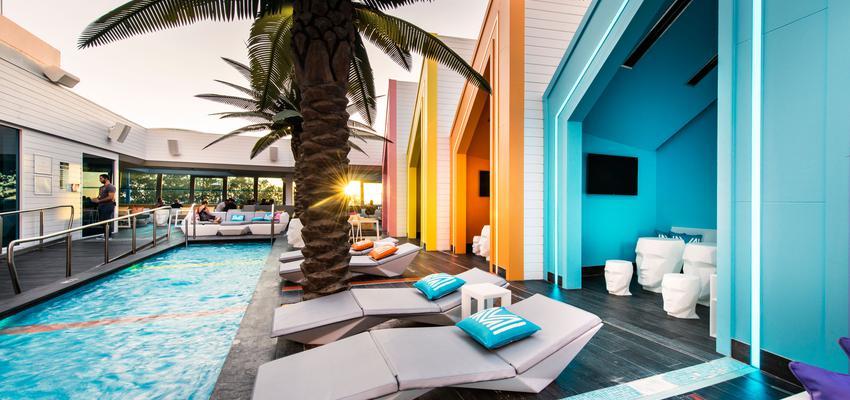 Piscina, Porche, Exterior, Cafeteria style contemporaneo color rosa, amarillo, azul, rosa, blanco  diseñado por Vondom | Marca colaboradora