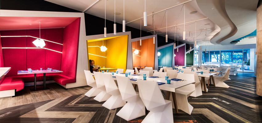 Comedor, Restaurante Estilo contemporaneo Color rojo, amarillo, azul, blanco  diseñado por Vondom   Marca colaboradora