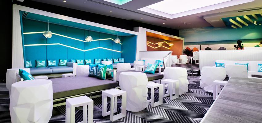 Exterior, Hotel style contemporaneo color ocre, azul, gris, plateado  diseñado por Vondom | Marca colaboradora
