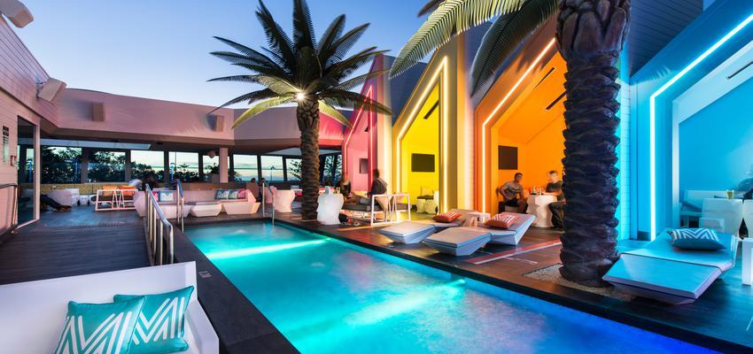 Terraza, Piscina, Porche, Exterior style contemporaneo color rojo, amarillo, verde, azul, blanco  diseñado por Vondom | Marca colaboradora