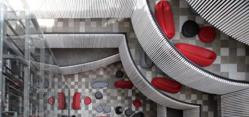 Vestibulo style contemporaneo color rojo, blanco, gris  diseñado por Vondom   Marca colaboradora
