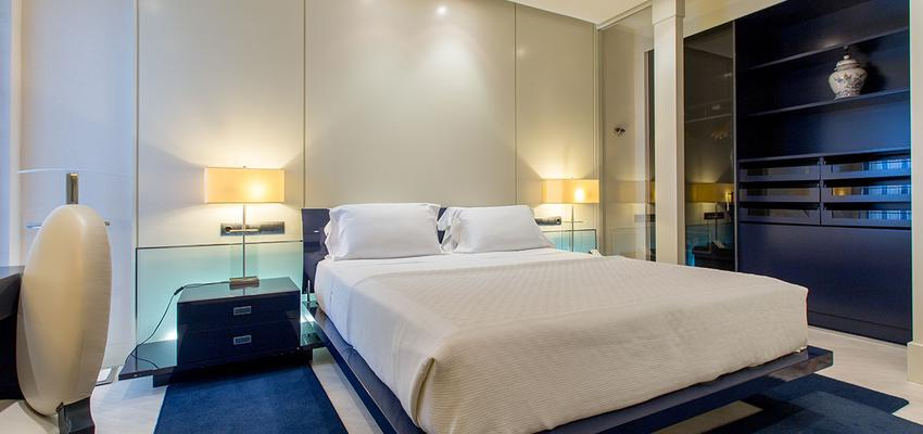 Dormitorio style contemporaneo color azul cielo, azul oscuro, beige, blanco  diseñado por Carmen Agulló. Fotógrafía. | Marca colaboradora