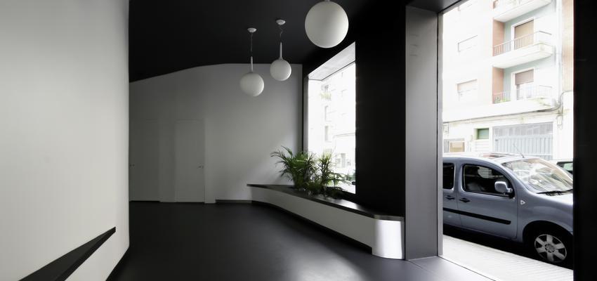 Recibidor Estilo vanguardista Color blanco, gris, negro  diseñado por ONYON huerto creativo | Arquitecto | Copyright ONYON huerto creativo