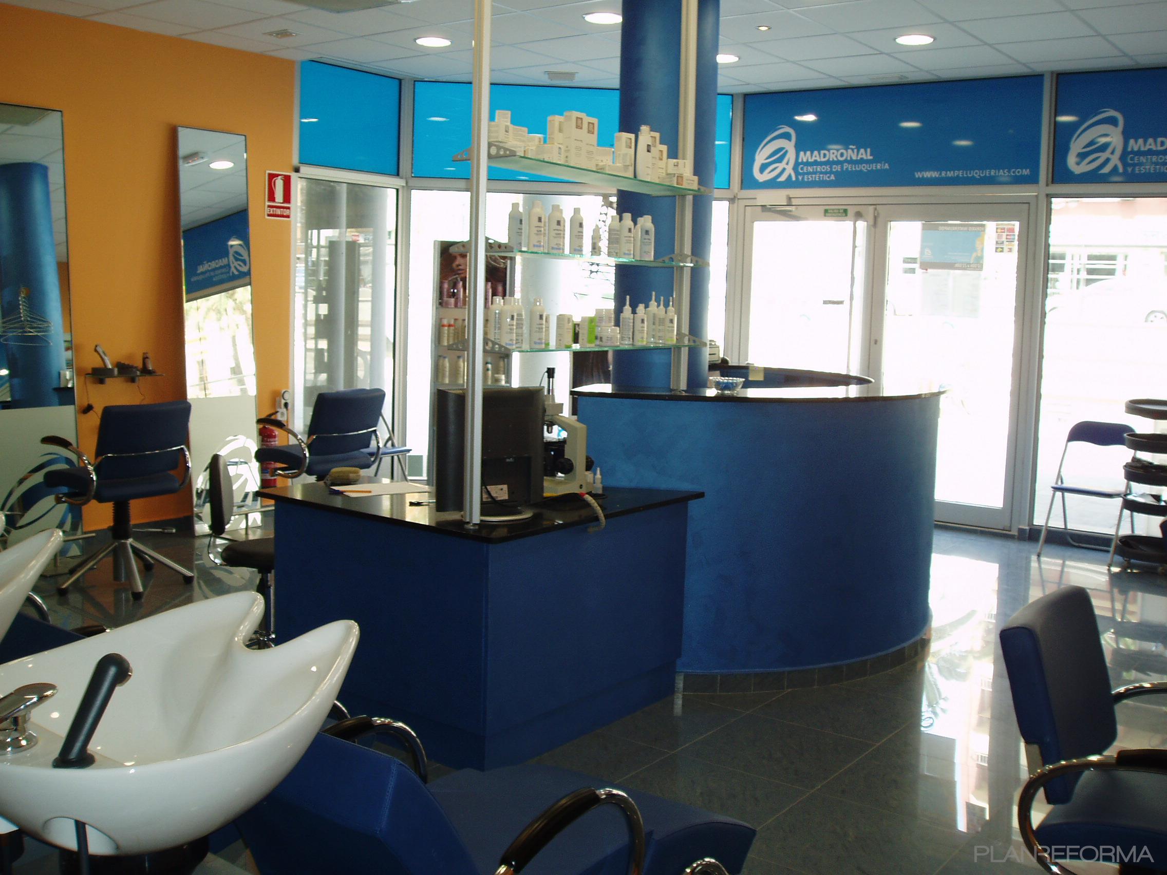 Salón de belleza style contemporaneo color ocre, azul, negro