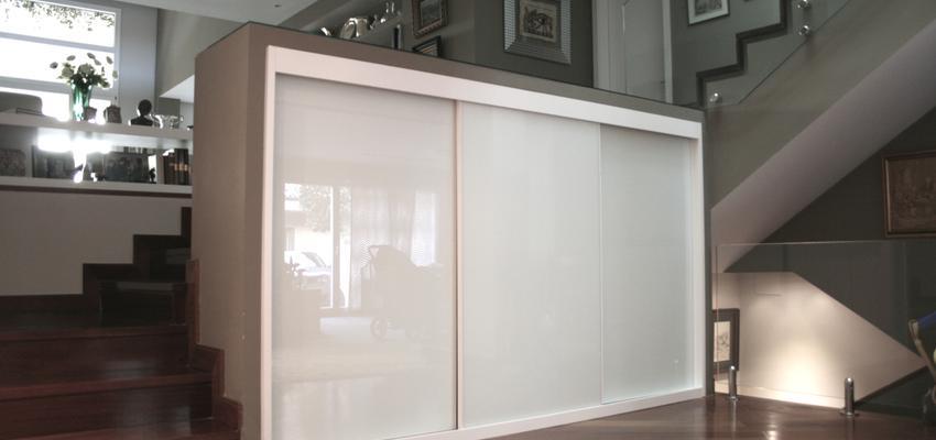 Pasillo, Salon Estilo contemporaneo Color marron, beige, marron, blanco  diseñado por Gestión del Hábitat Interiorismo | Interiorista | Copyright http://www.geshabinteriorismo.es/p/vivienda-unifamiliar_30.html