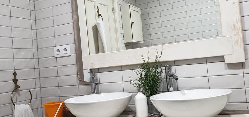 Baño Estilo contemporaneo Color marron, blanco, gris  diseñado por ARKHE reformas SL | Gremio | Copyright ARKHE reformas