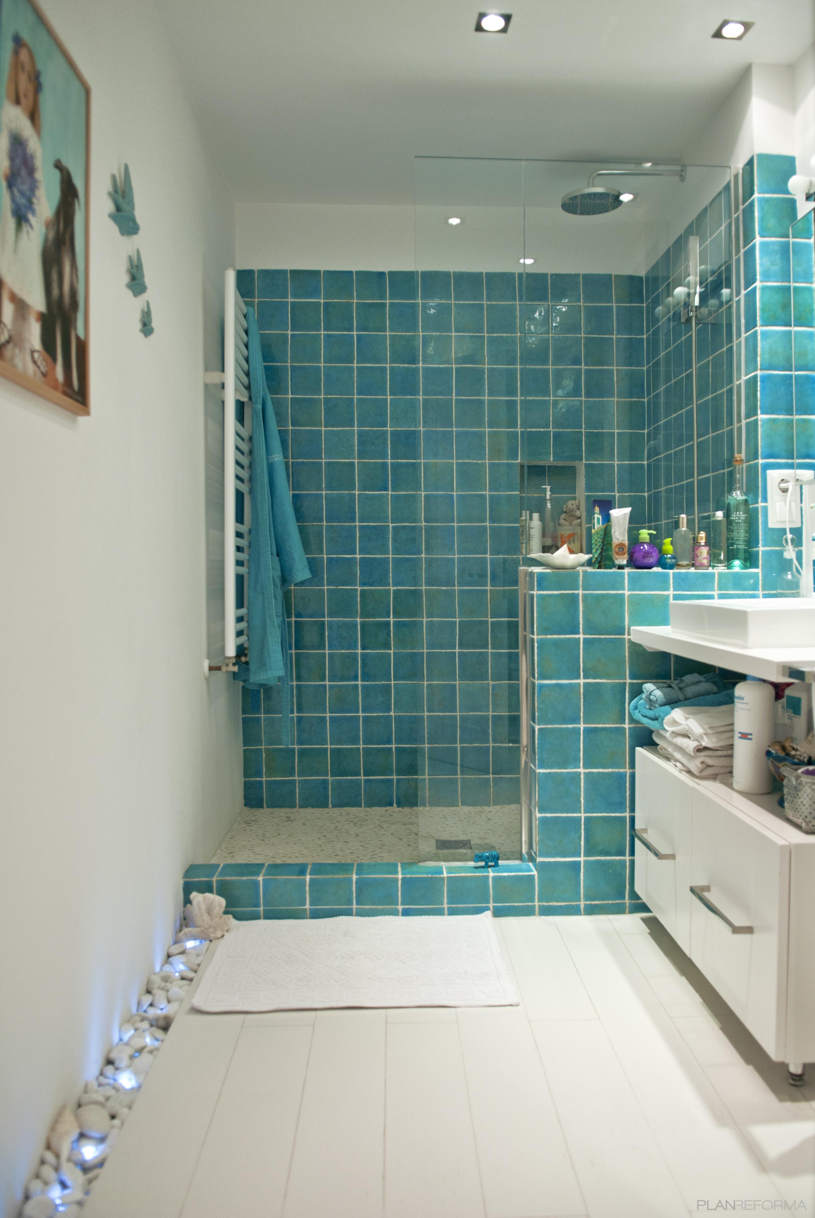 dormitorio estilo contemporaneo color turquesa blanco gris