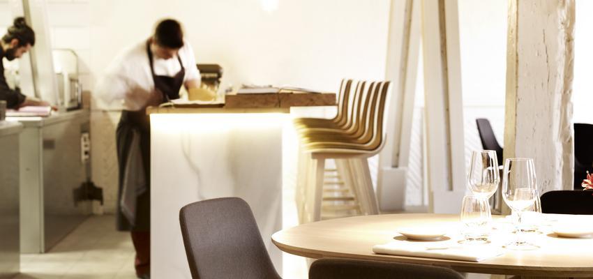 Restaurante, Cafeteria style contemporaneo color negro, plateado, bronce  diseñado por ALKI | Marca colaboradora