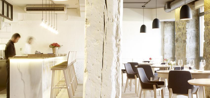 Restaurante, Cafeteria style contemporaneo color marron, blanco, negro  diseñado por ALKI | Marca colaboradora