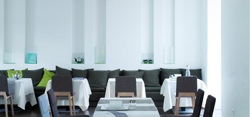 Restaurante, Cafeteria style contemporaneo color verde, azul cielo, blanco, negro  diseñado por ALKI   Marca colaboradora