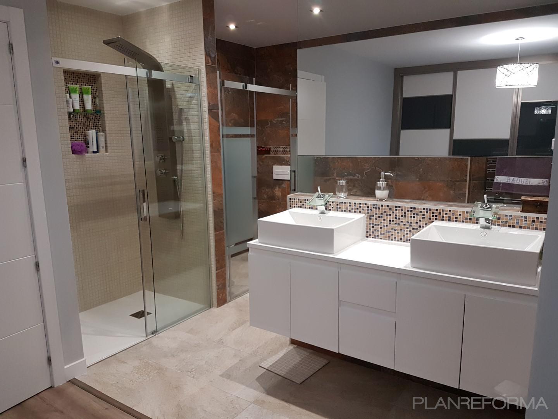 Baño Estilo moderno Color beige, marron, blanco  diseñado por ViviendaSana | Gremio | Copyright Viviendasana