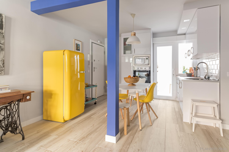 Comedor, Cocina, Lavadero Estilo moderno Color amarillo, azul oscuro, gris  diseñado por Arquigestiona | Arquitecto Técnico | Copyright Arquigestiona Reformas, S.L.  Foto hecha por Alina Banta