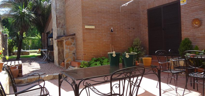 Porche, Jardin style mediterraneo color marron, marron, negro  diseñado por Arquigestiona | Arquitecto Técnico