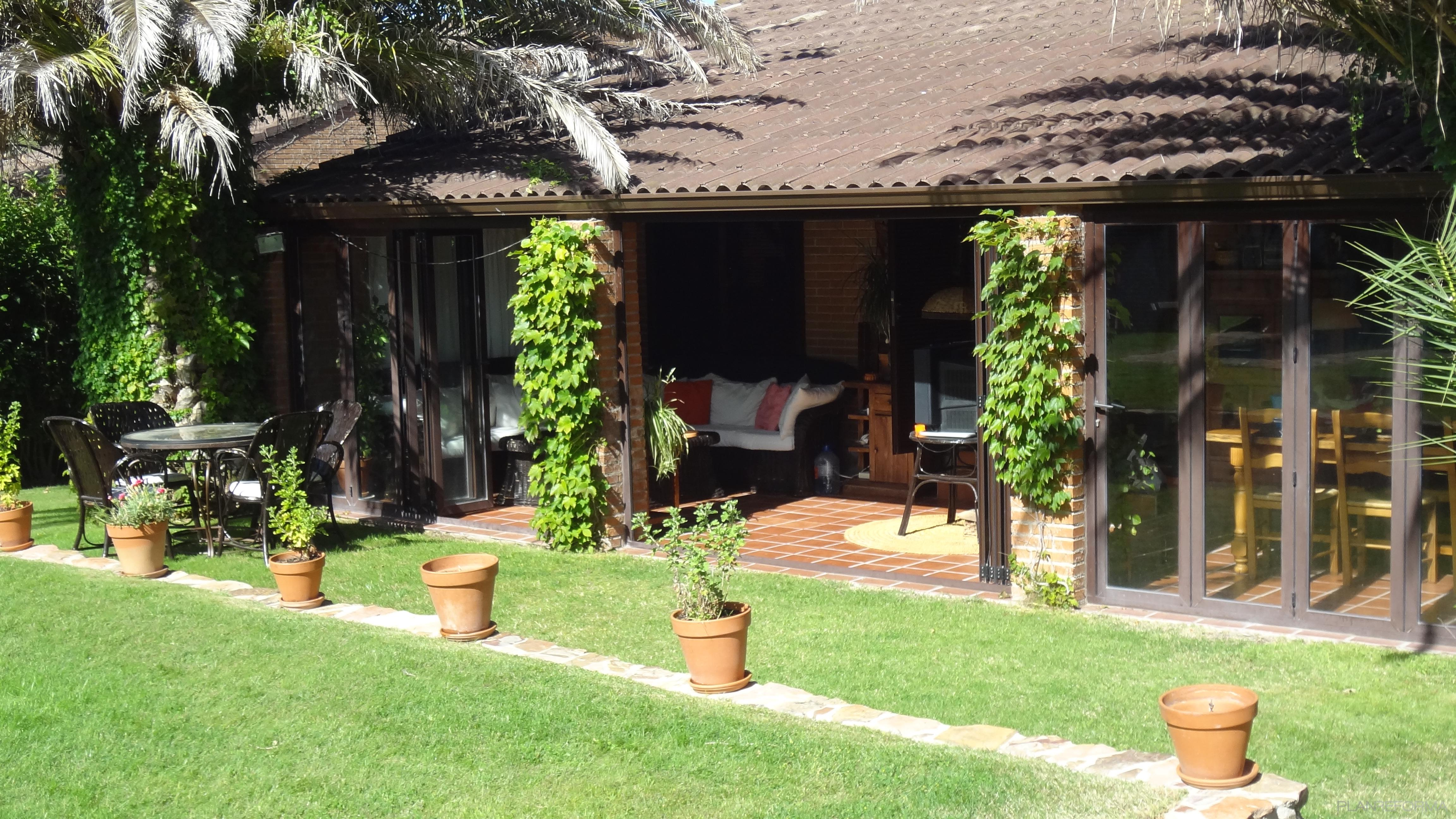 Porche jardin estilo mediterraneo color verde marron - Porches para jardin ...