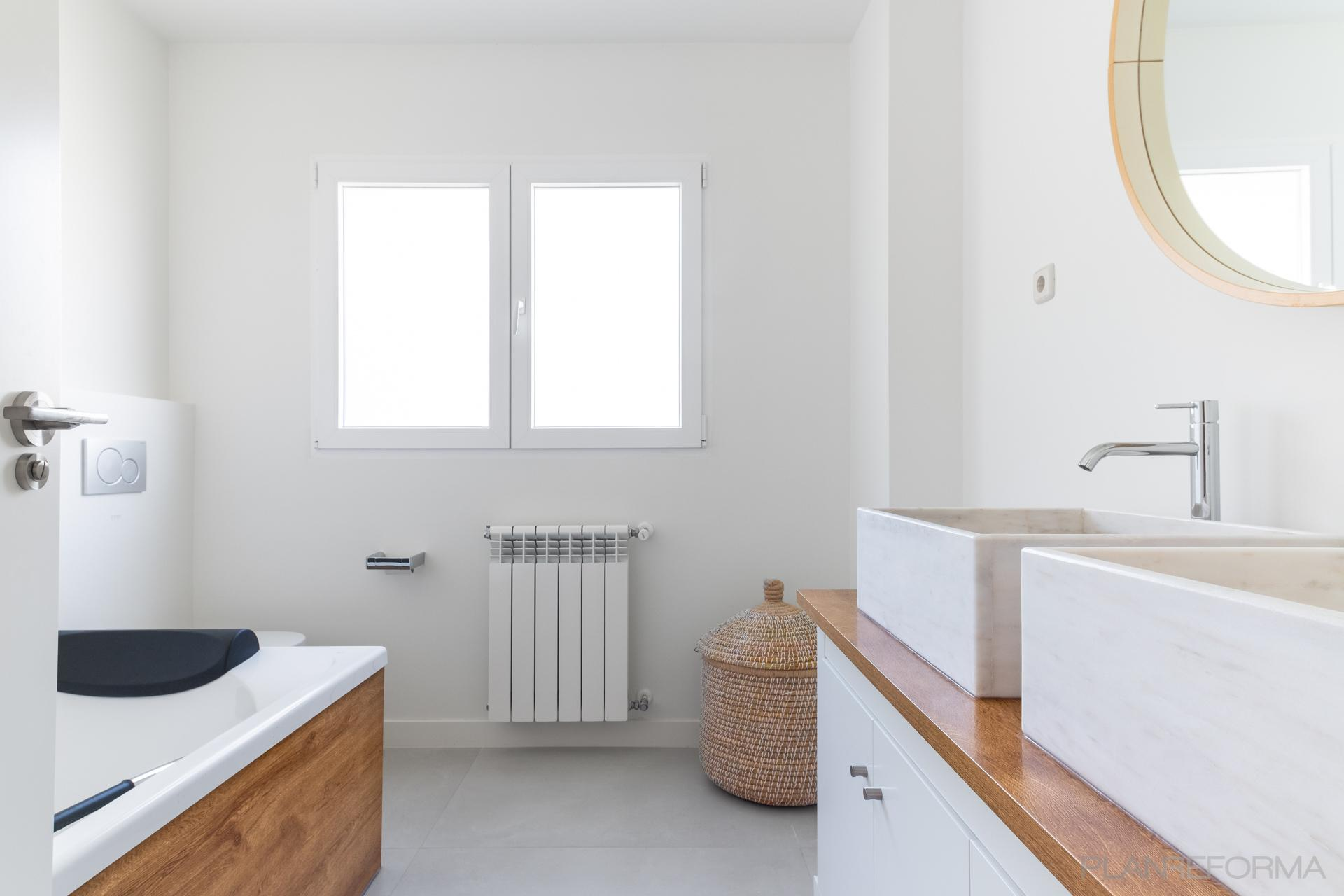 Baño Estilo vintage Color marron, blanco  diseñado por Arquigestiona | Arquitecto Técnico | Copyright Arquigestiona
