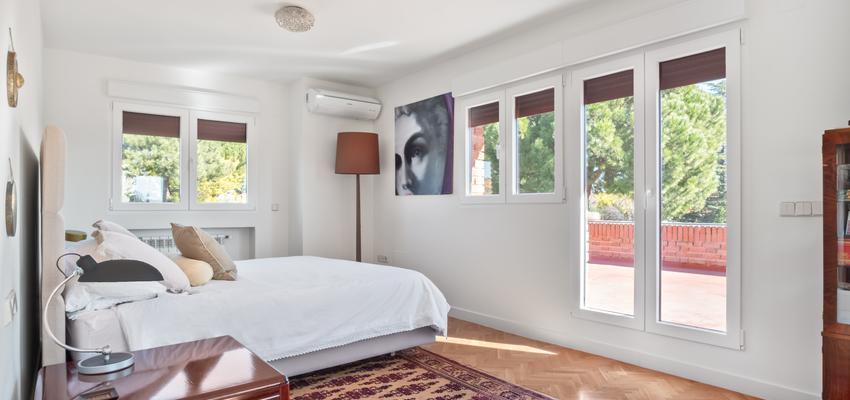 Dormitorio Estilo vintage Color marron, marron, blanco  diseñado por Arquigestiona   Arquitecto Técnico   Copyright Arquigestiona