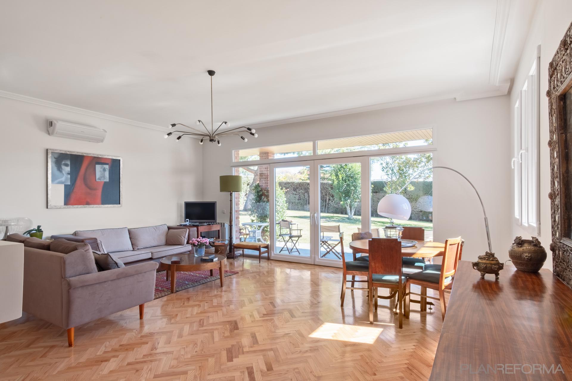 Salon Estilo vintage Color marron, marron, blanco  diseñado por Arquigestiona | Arquitecto Técnico | Copyright Arquigestiona