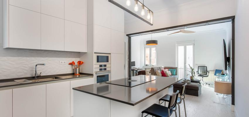 Cocina Estilo moderno Color marron, blanco, gris  diseñado por Arquigestiona | Arquitecto Técnico | Copyright Arquigestiona