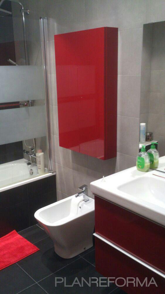 Ba o style moderno color rojo blanco gris negro for Banos modernos negro