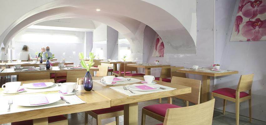 Comedor, Bodega, Restaurante Estilo moderno Color rosa, marron, blanco  diseñado por Reformark | Gremio